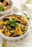 Caçarola com massa, cogumelos, queijo e ervas do fusilli imagem de stock royalty free