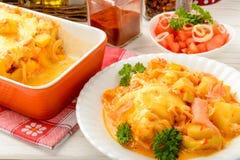 Caçarola com salmão fumado, batatas, alho-porro e queijo Fotografia de Stock