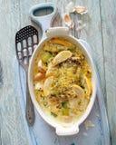 Caçarola cozida dos peixes, do vegetal e do limão fotografia de stock royalty free