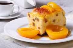 Caçarola do queijo com passas e pêssegos Imagens de Stock Royalty Free