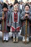 Caçoa canções de natal do canto em uma competição anual imagens de stock royalty free
