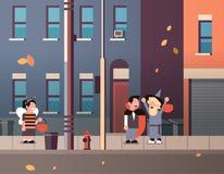 Caçoa desenhos animados felizes de passeio vestindo do Dia das Bruxas das doçuras ou travessura do conceito do feriado da cidade  ilustração royalty free