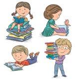 Caçoa livros de leitura Imagens de Stock Royalty Free