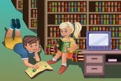 Caçoa livros de leitura na biblioteca Fotografia de Stock