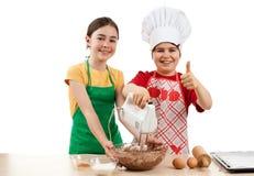 Caçoa a massa de pão de mistura Imagens de Stock
