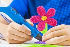 Caçoe as mãos que guardam a pena azul da impressão 3d e que fazem o artigo novo Foto de Stock
