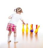 Caçoe a bola de jogo para bater para baixo os pinos do brinquedo imagem de stock