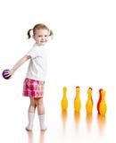 Caçoe a bola de jogo para bater para baixo os pinos do brinquedo Imagens de Stock Royalty Free