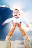 Caçoe e mão do seu pai Imagens de Stock Royalty Free