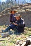 Caçoe e seu vovô no campo do terraço Fotos de Stock