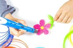 Caçoe a mão que guarda a pena azul da impressão 3d e que faz o artigo novo Imagem de Stock