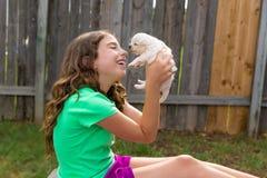 Caçoe a menina com o jogo da chihuahua do animal de estimação do cachorrinho feliz Imagens de Stock Royalty Free