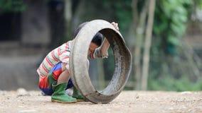 Caçoe o jogo com o pneu velho no vale do Pa do Sa imagens de stock