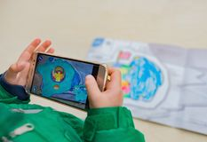 Caçoe o jogo de pinturas emergentes aumentadas da realidade de um iglu enchido cor e de um urso polar através do móbil fotografia de stock