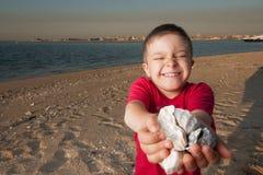 Caçoe o jogo na areia no rio Imagem de Stock Royalty Free