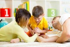 Caçoe o menino, o seu pai e a mãe competindo na força física Imagens de Stock Royalty Free