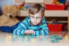 Caçoe o menino que joga com soldados de brinquedo dentro em Foto de Stock Royalty Free