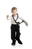 Caçoe o menino que tenta ir em sapatas do pai Fotografia de Stock