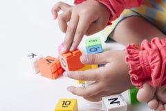 Caçoe o plug and play que das mãos do ` s os alfabetos brincam Foto de Stock