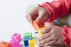 Caçoe o plug and play que das mãos do ` s os alfabetos brincam Imagens de Stock Royalty Free