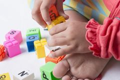 Caçoe o plug and play que das mãos do ` s os alfabetos brincam Imagem de Stock