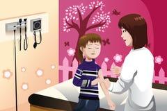 Caçoe a obtenção de uma vacina contra a gripe por um doutor no braço Fotografia de Stock