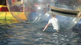 Caçoe solhas dentro da bola inflável grande em uma associação filme