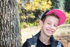 Caída Adolescente del muchacho con las hojas en otoño Fotografía de archivo libre de regalías
