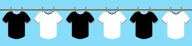 Caída blanco y negro de la camiseta en la cuerda con la abrazadera del paño ropa seca en el sol con el cielo azul Ilustración Vec foto de archivo