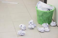 Caída completa del papel de la basura imagen de archivo
