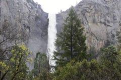 Caída de Bridalveil en el parque nacional de Yosemite imagenes de archivo