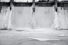 Caída de hielo congelada de agua Imagenes de archivo