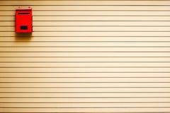 Caída de la caja de letra en la madera de la pared Fotos de archivo