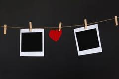 Caída de la forma del corazón en cuerda entre el marco de la foto Imagen de archivo libre de regalías