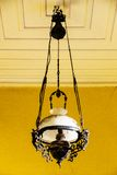 Caída de la linterna delante de la casa de madera Imagen de archivo libre de regalías