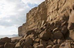 Caída de la roca en la playa de la colmena en la costa jurásica Foto de archivo libre de regalías