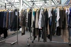 Caída de la ropa del diseño en el soporte de la demostración Imagen de archivo