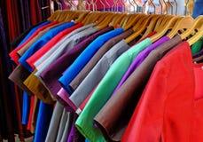Caída de la ropa en el estante Fotografía de archivo