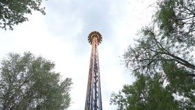 Caída de la torre de la atracción en el parque verde del verano metrajes
