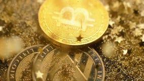 Caída de las monedas en chispas que brillan y cubierta con las estrellas macras almacen de video