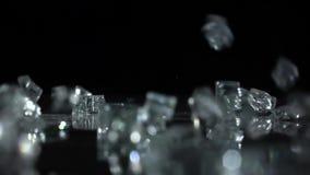 Caída de los cristales en un fondo negro Cámara lenta almacen de metraje de vídeo