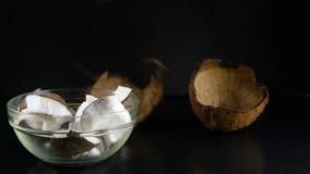 Caída de los crunks del coco en cuenco almacen de metraje de vídeo