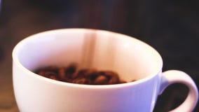 Caída de los granos de café almacen de metraje de vídeo