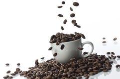 Caída de los granos de café Imágenes de archivo libres de regalías