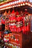 Caída de los ornamentos de la Navidad de una parada del mercado Imagen de archivo libre de regalías