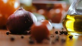 Caída de los tomates de cereza en la tabla de cocina metrajes