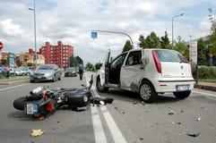 Caída de motocicleta en zona urbana Foto de archivo libre de regalías