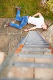 Caída de Suffering Injury After del trabajador de construcción de la escalera imagenes de archivo