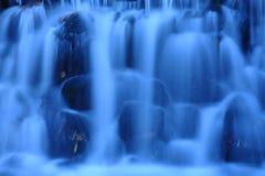 Caída del agua azul Imagen de archivo