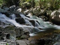 Caída del agua cerca de la carretera de Kancamaugus Imágenes de archivo libres de regalías